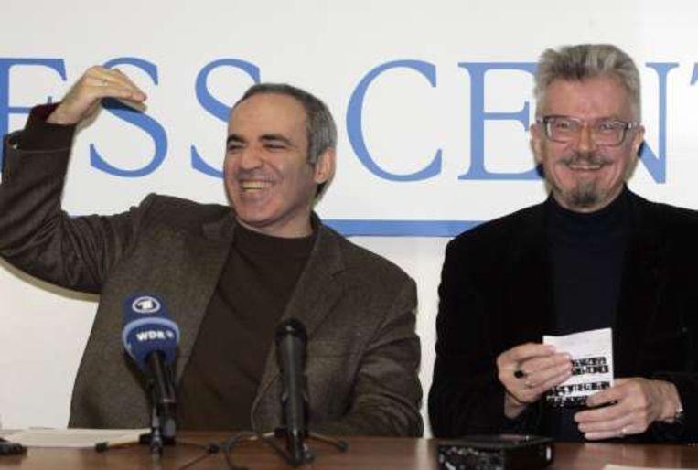 Oppositieleiders Garry Kasparov (L) en Eduard Limonov.