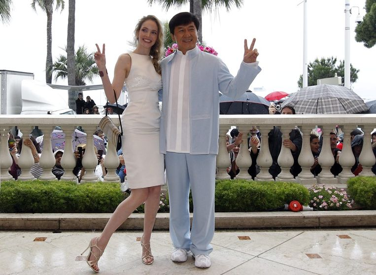 Acteur Jackie Chan (R) met de Franse actrice Laura Weissbecker tijdens de presentatie van 'Chinese Zodiac'. 18 mei 2012 Beeld Guillame Horcajuelo