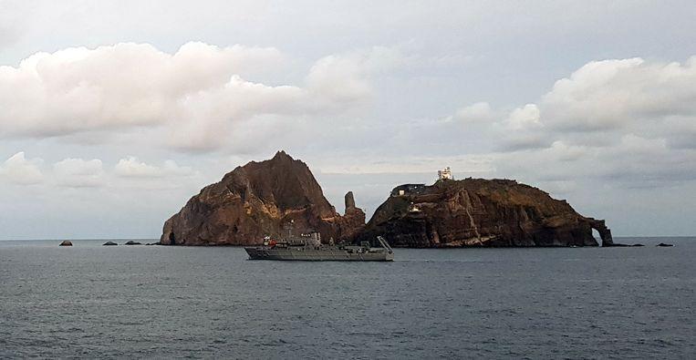 Een reddingsboot doorzoekt het gebied in de buurt van de Rotsen van Liancourt in de Japanse Zee, waar 31 oktober een helikopter met zeven inzittenden neerstortte tijdens een medische reddingsvlucht.