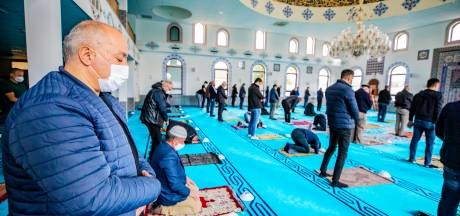 In de Deventer moskee draagt iedereen een mondkapje, daar is geen discussie over