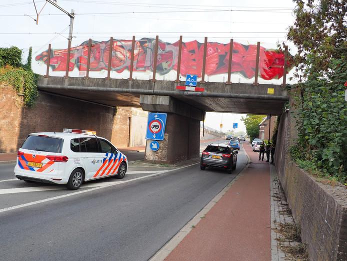 In Zutphen was vanmiddag een vrachtwagen tegen een spoorbrug aan gereden. Het treinverkeer ondervond hinder.