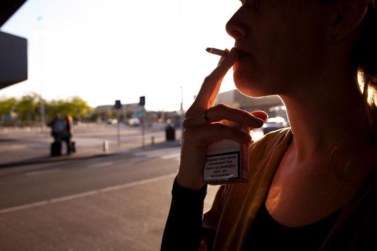 Een vrouw rookt een sigaret. Beeld ANP