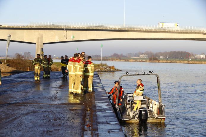 Brandweermensen steken van wal voor de zoektocht naar de vermiste matroos.