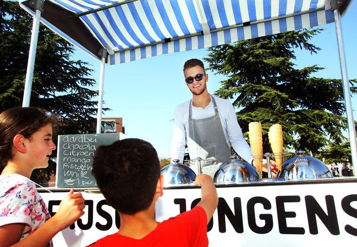 adhc sport; jeroen meefout voetballer van svc verkoopt ijs