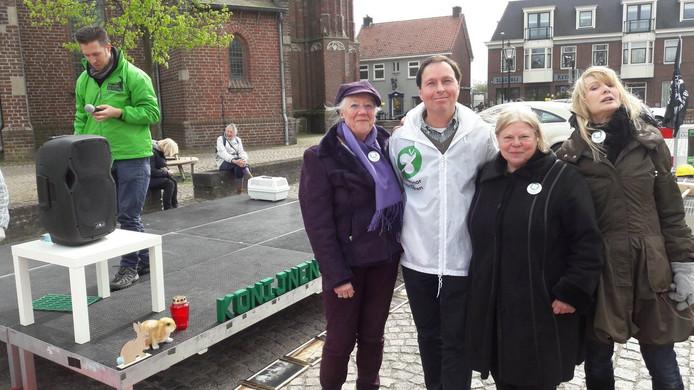 Marco van der Wel (in het wit) en partijgenoten ondersteunden de actie in Moergestel van Konijn in Nood onder aanvoering van Peter Janssen (links).
