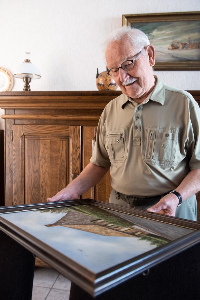 Bredanaar Louis Verbeek (86), geboren en getogen in Woensdrecht, maakte als 12-jarige jongen de bloedige Slag om de Schelde mee in oktober 1944. Op de foto bekijkt hij een schilderij van zijn ouderlijk huis aan de Rijzendeweg in Woensdrecht.
