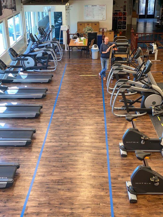 Freek Naaktgeboren in F-S Fitness waar een looppad is aangebracht en de fitnesstoestellen twee meter bij elkaar vandaan zijn geplaatst.
