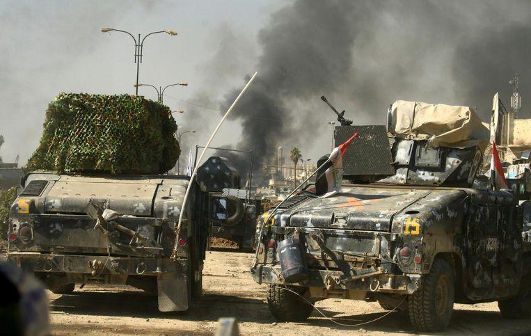 Rookpluimen boven Mosul, waar hevig wordt gevochten. Beeld reuters
