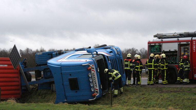 09-01-2015. Brandweermannen bij een gekantelde vrachtwagen op de Rijksweg A67 tussen Helden en Liessel. Beeld anp
