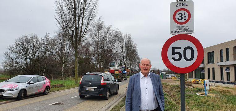 Michel Jansen (N-VA) bij het bordje aan de Katelijnestraat.