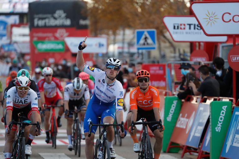 Sam Bennett komt de finish over in de vierde etappe van de Vuelta Beeld BSR Agency