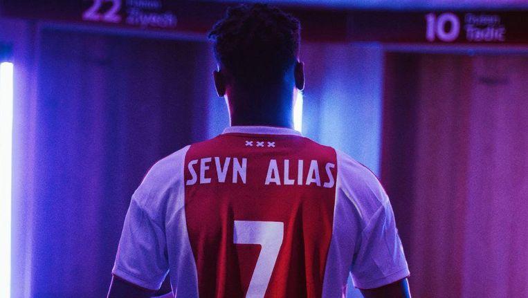 Rapper Sevn Alias met zijn Ajax-shirt. Beeld Top Notch