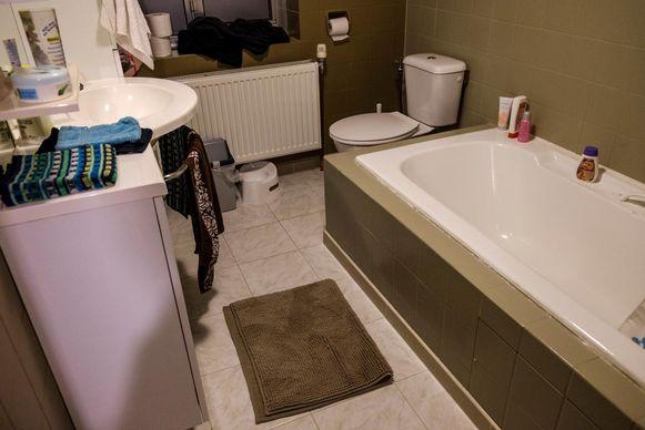 De bevallingskamer van dienst: de badkamer.