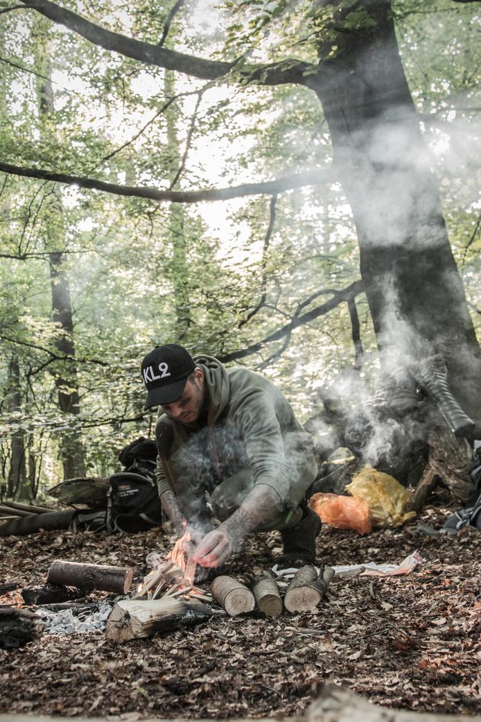 Dave Roelvink tijdens zijn survivaltraining met Clemens Disch.