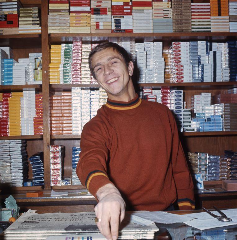 Voetballer Frits Flinkevleugel achter de toonbank van zijn sigarenzaak in de Amsterdamse Kinkerstraat in Amsterdam.  Beeld HH