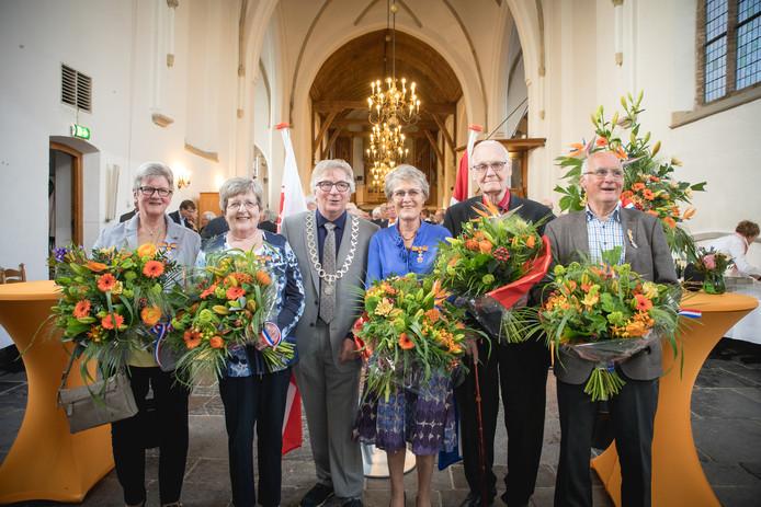 De vijf nieuwe lintjesdragers in de Grote Kerk in Wageningen