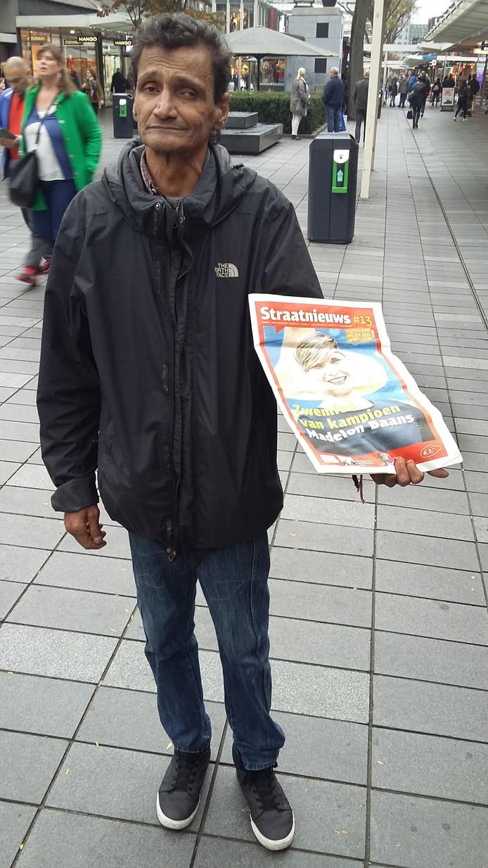 Een straatkrantverkoper op de Lijnbaan in Rotterdam.