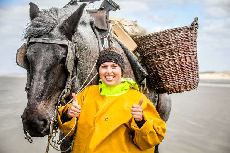 Katrien Terryn uit Koksijde legt haar examen af voor paardenvisser en slaagt.