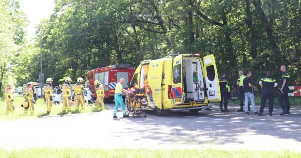 Arnhemseweg Apeldoorn, inclusief op- en afrit A50, afgesloten na ernstig ongeval met twee gewonden.
