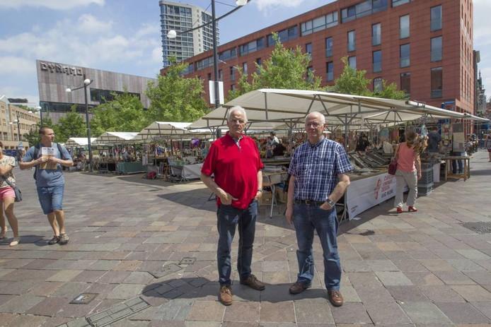 Marktkoopmannen Jan Wever (links) en Joop van Loon afgelopen zaterdag op het Catharinaplein.