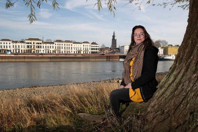 Met uitzicht op de skyline een drankje drinken langs de IJssel bij Zutphen. Irene Kleinrensink ziet het helemaal zitten en maakt zich hard voor een stadsstrand in Zutphen.