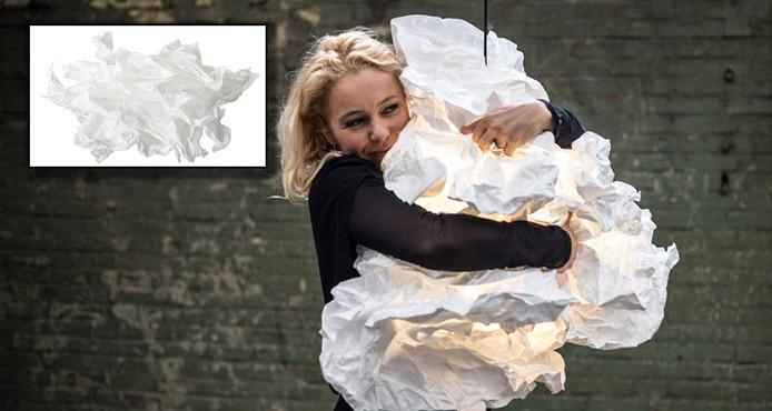 Margje Teeuwen met haar Proplamp. Inzet: de Krusning lampenkap van Ikea