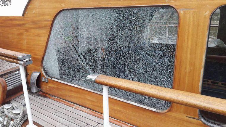 Onder meer de ramen van de boten moeten eraan geloven.