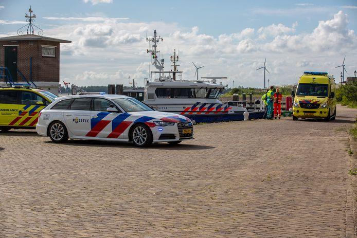 Persoon overboord in haven Moerdijk, hulpdiensten rukken uit.