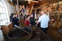 De delegatie van watermusea-directeuren bekijkt De Kilsdonkse Molen in Heeswijk Dinther.