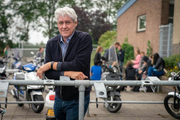 Gijs Beekhuizen bij de rookzone op het HPC Zetten. Die moeten met ingang van het schooljaar 2020-2021 bij alle scholen in ons land zijn verdwenen.