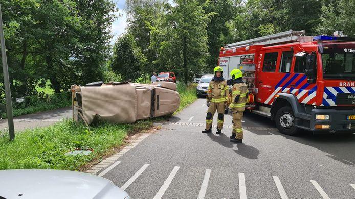 Bij een ongeluk op de de Badhuislaan in Dieren is een oude Citroën bestelauto uit 1983 omgeslagen. De bestuurder daarbij raakte gewond.