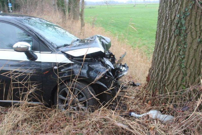 De auto raakte een boom.