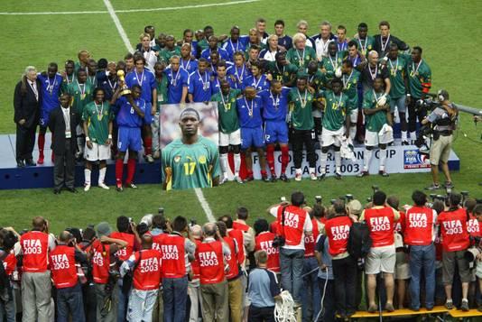De spelers van Frankrijk en Kameroen na de finale van de Confederations Cup in 2003.