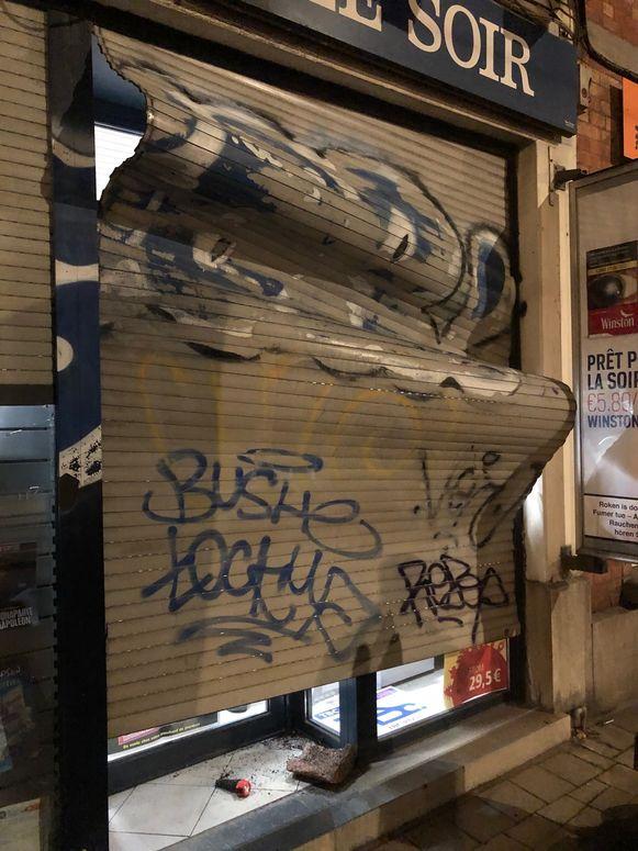 Het groepje vernielde de rolluiken en het raam van de krantenwinkel.