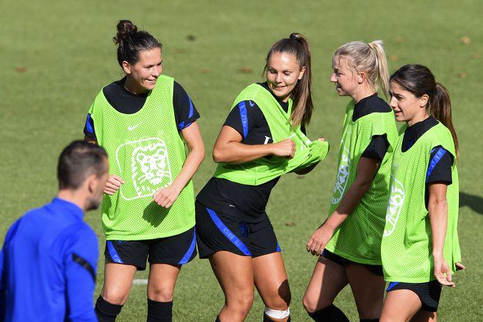 Merel van Dongen, Lieke Martens, Jackie Groenen, Danielle van de Donk maken lol tijdens de training van de Oranje Leeuwinnen.