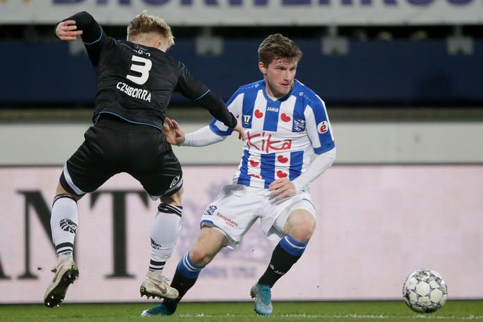 Anders Dreyer (r) in duel met Lennart Czyborra van Heracles.