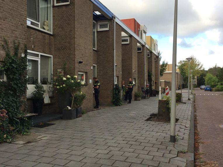 De politie doet nu rondvraag in de buurt. Beeld Steffi Posthumus