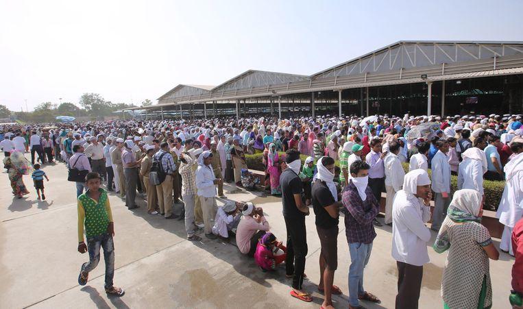 Volgelingen staan in de rij om een laatste groet te brengen aan Baba Hardev Singh.