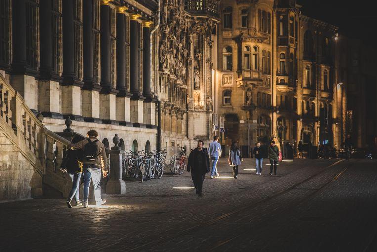 De grondverlichting aan het stadhuis. Mooi, maar verblindend als je er over loopt.