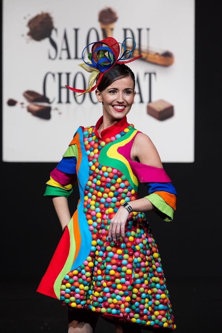 Dit kleed is versierd met maar liefst 2.000 chocoladedruppels.