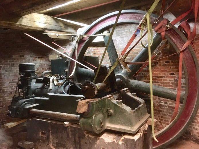 De oude Deutz-motor in de Piepermolen in de takels.