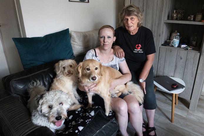 Daniëlle Viscaal (links) uit Eindhoven heeft drie honden geadopteerd. Rechts Hennie Snellingberg van AnimalCare.
