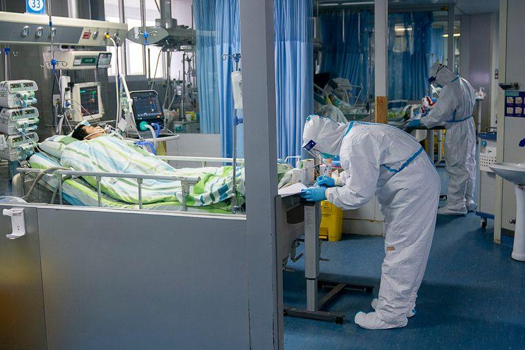 Artsen en verplegers aan het werk met coronapatiënten in het Zhongnan-ziekenhuis van de Universiteit van Wuhan, in miljoenenstad Wuhan.
