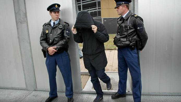 Samir A. verlaat de rechtzaal bij een pro-forma zitting van de Hofstadgroep in Rotterdam in 2005.