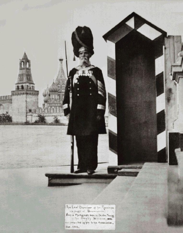 De laatst levende Rus die bij Balaklava vocht, hier bij het Kremlin op wacht. ( FOTO UIT BESPROKEN BOEK) Beeld