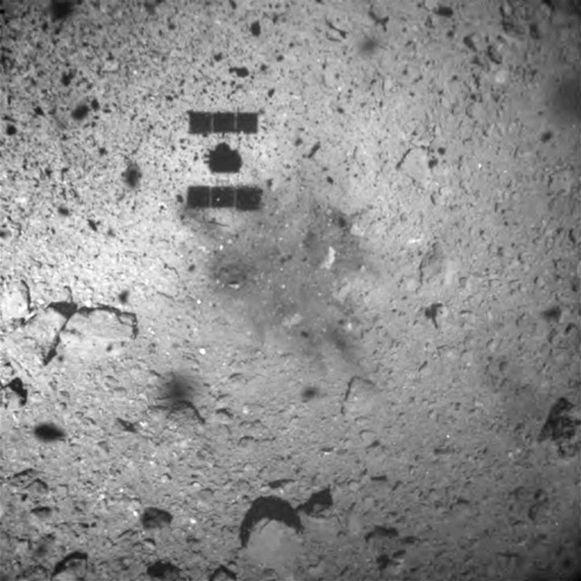De schaduw van de 'Hayabusa 2' toont hoe de ruimtesonde landt op de Ryugu-asteroïde.