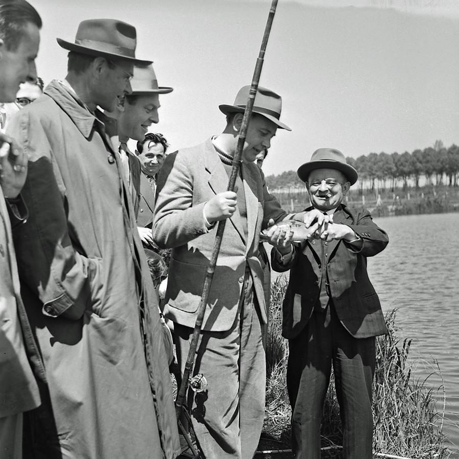 Viswedstrijd tussen journalisten en de Club van Honderd in Meerveldhoven. Wie meer weet over de foto mag het laten weten via foto@rhc-eindhoven.nl