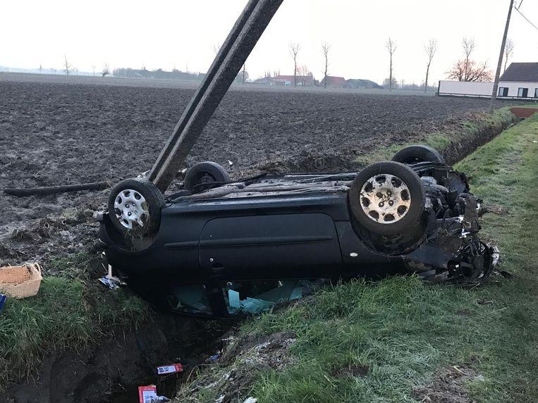 De auto ramde een elektriciteitspaal en belandde op zijn dak in de gracht.