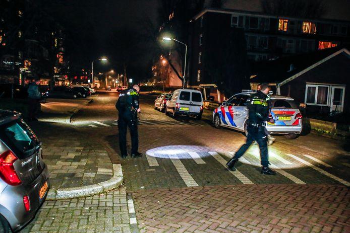 De politie doet onderzoek op de Troelstraweg in Dordrecht.