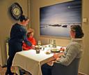 Gastvrouw en sommelier Yori Gresel van De Vijverhoeve in Sint Anna ter Muiden dient het voorgerecht op.